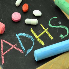ADHS Medikamente sollten durch eine gezielte Verhaltenstherapie ergänzt werden.