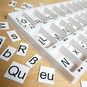 Eine Verwendung eines Buchstaben-Karteikastens bei der Behandlung der Rechtschreibschwäche ist sinnvoll.